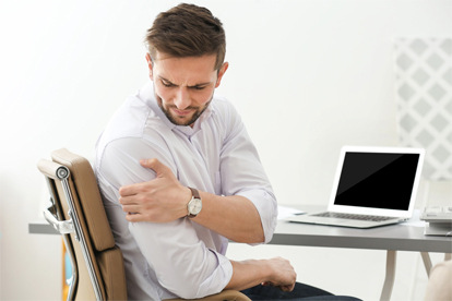 Man with shoulder pain needs chiropractic care.
